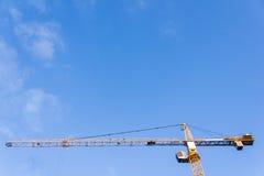 Alta gru a torre contro il cielo Immagini Stock Libere da Diritti