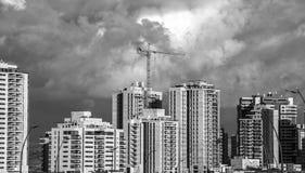 Alta gru a torre di aumento e nuova vista frontale degli edifici residenziali Immagine Stock