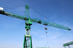 Alta gru verde d'acciaio sotto cielo blu Immagini Stock