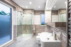 Alta idea spaziosa del bagno di lucentezza Fotografie Stock Libere da Diritti