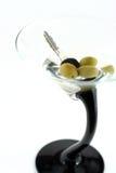 Alta imagen dominante de los claves del coche en la bebida de martini fotografía de archivo libre de regalías
