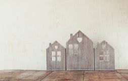 Alta immagine chiave della decorazione di legno d'annata della casa sulla tavola di legno retro filtrato con la sovrapposizione d Fotografia Stock