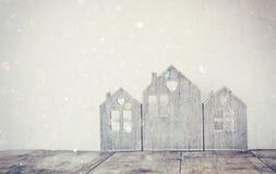 Alta immagine chiave della decorazione di legno d'annata della casa sulla tavola di legno retro filtrato con la sovrapposizione d Fotografia Stock Libera da Diritti