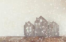 Alta immagine chiave della decorazione di legno d'annata della casa sulla tavola di legno Retro filtrato Fuoco selettivo sovrappo Fotografie Stock