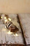Alta immagine chiave di vecchio ceppo dell'albero con le luci di natale leggiadramente sulla tavola di legno Fuoco selettivo Fotografia Stock Libera da Diritti