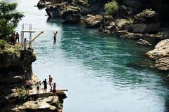 Alta immersione subacquea nel fiume di Neretva a Mostar Immagini Stock