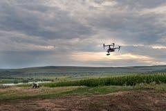 Alta innovazione tecnologica per migliorare produttività nell'agricoltura Un fuco sorvola il campo del ` s dell'agricoltore fotografia stock libera da diritti