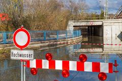 Alta inondazione, strada chiusa Immagini Stock Libere da Diritti