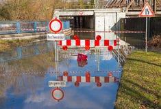 Alta inondazione, strada chiusa Immagine Stock