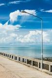 Alta lampada sul ponte Fotografia Stock Libera da Diritti