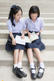 Alta lettura tailandese asiatica sveglia delle coppie dello studente delle scolare Immagini Stock