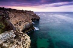 Alta linea costiera rocciosa con la vista piacevole Immagini Stock Libere da Diritti