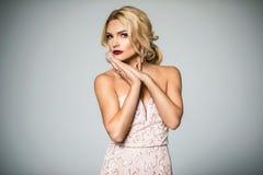 Alta manera blonde bien proporcionado en el vestido de noche de seda feminidad Imágenes de archivo libres de regalías