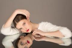 Alta manera retrato de la muchacha morena atractiva hermosa con maquillaje brillante foto de archivo