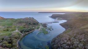 Alta marea ad una baia Gower Swansea di tre scogliere Immagini Stock