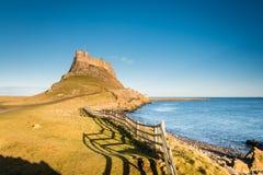 Alta marea al castello di Lindisfarne Immagine Stock