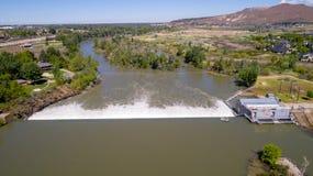 Alta marea in Boise River Idaho e nella diga Fotografie Stock