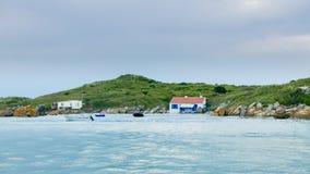 Alta marea che raggiunge il cottage dell'arcipelago Fotografie Stock