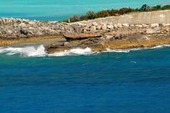Alta marea che spruzza le onde spumose contro una diga dell'isola dei Caraibi Fotografia Stock