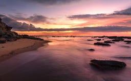 Alta marea de la salida del sol magnífica en el rockshelf de la bahía del barco Foto de archivo libre de regalías