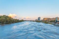 Alta marea del fiume dell'arco Fotografie Stock