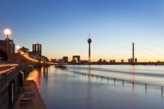 Alta marea del Rin en Düsseldorf foto de archivo libre de regalías