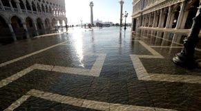 Alta marea di Venezia Italia nel quadrato di St Mark e nel palazzo del doge s Immagine Stock Libera da Diritti