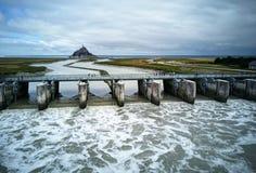 Alta marea en la presa con la opinión del castillo foto de archivo