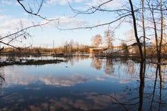 Alta marea in fiume in un giorno di molla nel 2016 nella città di Kirov Fotografie Stock Libere da Diritti