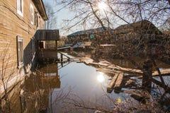 Alta marea in fiume in un giorno di molla nel 2016 nella città di Kirov Immagini Stock Libere da Diritti