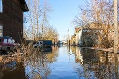 Alta marea in fiume in un giorno di molla nel 2016 nella città di Kirov Fotografia Stock Libera da Diritti