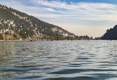 Alta marea in lago nella gamma himalayana Immagine Stock Libera da Diritti