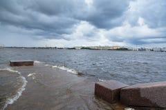 Alta marea nel fiume Neva Fotografia Stock