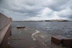 Alta marea nel fiume Neva Immagini Stock Libere da Diritti