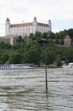 Alta marea su Danubio a Bratislava, Slovacchia Immagini Stock Libere da Diritti