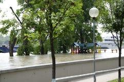 Alta marea su Danubio a Bratislava, Slovacchia Immagine Stock