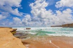 Alta marea su una spiaggia rocciosa alla grande strada dell'oceano, Australia Fotografia Stock