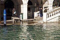 Alta marea a Venezia al ponte di Rialto Immagine Stock Libera da Diritti
