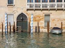 Alta marea a Venezia lungo il canale del laureato Fotografie Stock