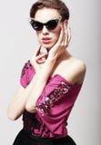Alta moda. Donna elegante affascinante in occhiali da sole scuri. Magnetismo Fotografie Stock Libere da Diritti