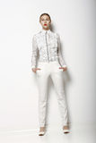 Alta moda. Mujer de moda en los traseros blancos en actitud agraciada. Colección del tiempo de primavera Imagenes de archivo