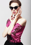 Alta moda. Mujer elegante atractiva en gafas de sol oscuras. Magnetismo Fotos de archivo libres de regalías