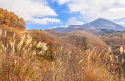 Alta montaña con el cielo azul en otoño en la línea camino - Bandai, Fukushima, Japón del oro Bandai-san fotos de archivo libres de regalías