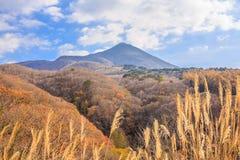 Alta montaña con el cielo azul en otoño en la línea camino - Bandai, Fukushima, Japón del oro Bandai-san fotos de archivo