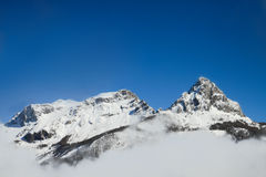 Alta montaña en nieve Imágenes de archivo libres de regalías