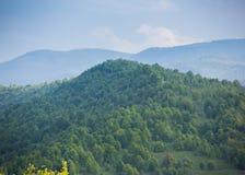 Alta montaña Montañas y nubes azules Fotografía de archivo