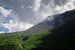 Alta montagna al giorno nuvoloso Fotografia Stock Libera da Diritti