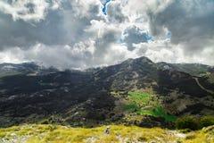 Alta montagna al giorno nuvoloso Fotografia Stock