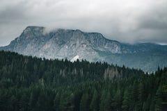 Alta montagna al giorno nuvoloso Bello paesaggio della natura Immagine Stock Libera da Diritti