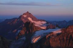 Alta montagna alla luce porpora di sera Fotografia Stock Libera da Diritti